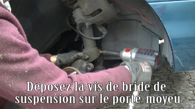 Déposer la vis de bride de suspension sur le porte-moyeu