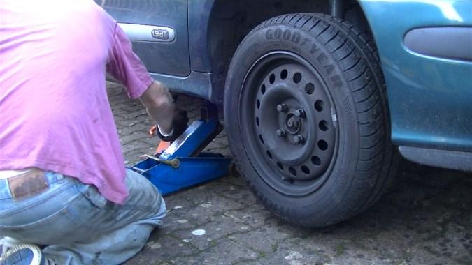 Lever l'avant du véhicule et déposer la roue