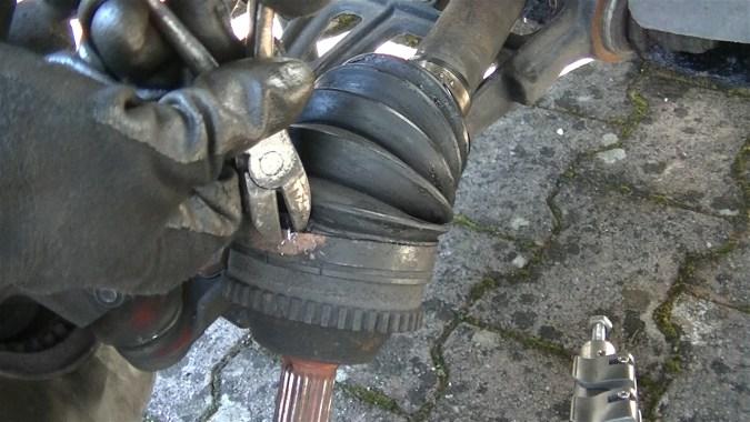 Utiliser une pince coupante pour couper les colliers