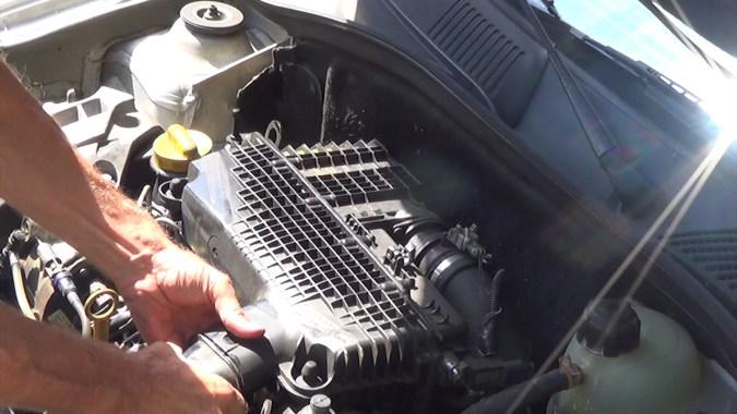 Déposer le tuyau de conduit d'air sur le boîtier de filtre à air