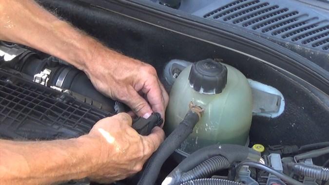 Débrancher le connecteur du capteur de pression du turbocompresseur