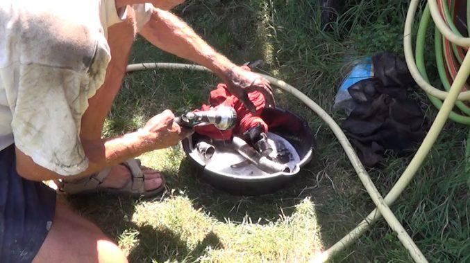 Quand le produit a agi, rincer au jet d'eau la vanne EGR et le tuyau d'admission d'air