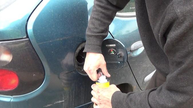 Verser le flacon de nettoyant fourni dans le kit dans 20 litres de carburant