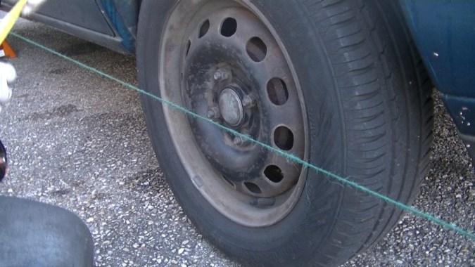 Les deux mesures sont égales donc la ficelle est parallèle à la roue arrière