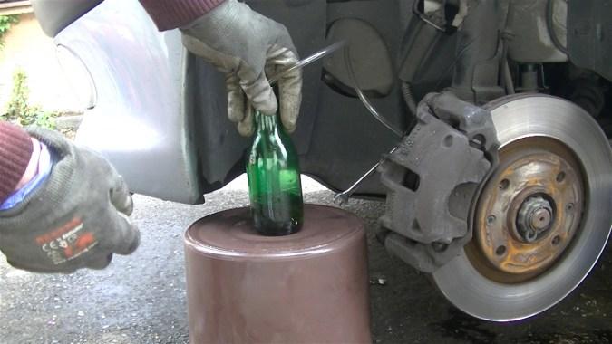 Placer l'autre extrémité du tuyau au fond de la bouteille