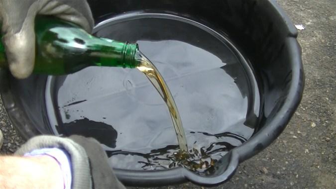Vider le liquide usager en laissant 2 à 3 cm de liquide dans la bouteille