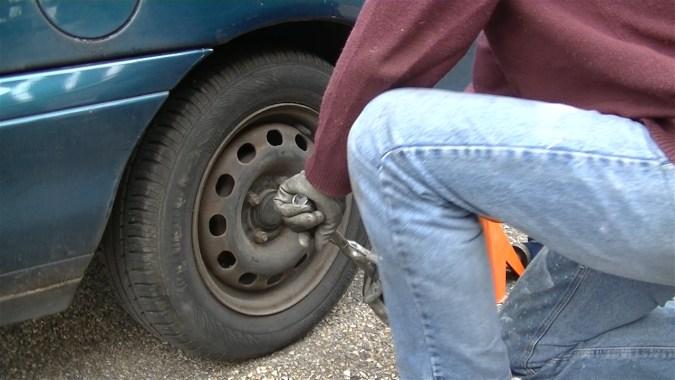 Passer la première vitesse, desserrer le frein à main et déposer la roue