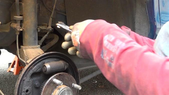 Vous pouvez utiliser 2 clés plates de même dimensionpour desserrer le raccord hydraulique