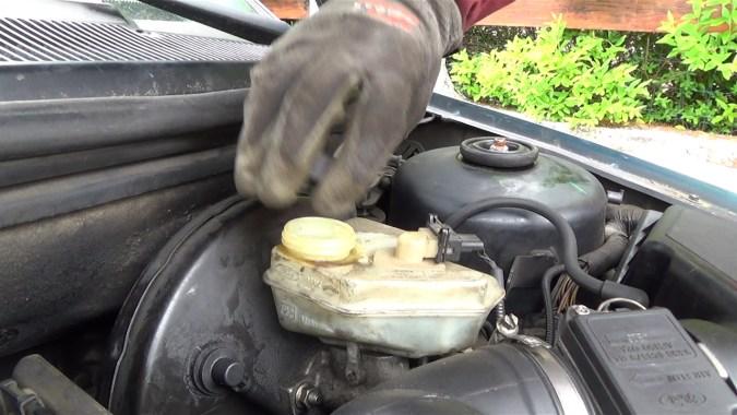 Au cours de la purge, surveiller régulièrement le niveau de liquide de frein