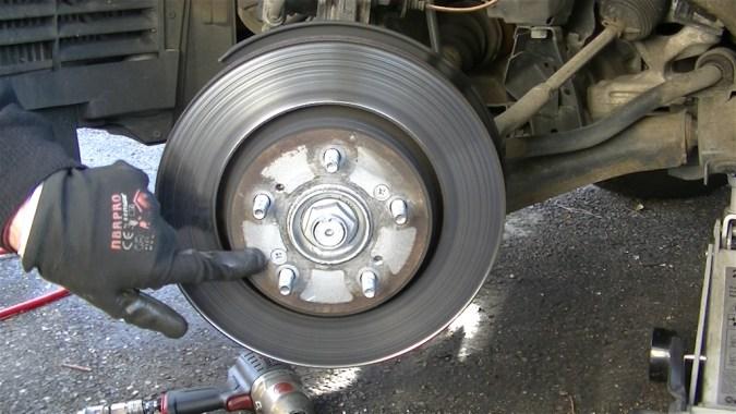 Déposer les 2 vis de maintien du disque de frein à l'aide d'un tournevis à frapper