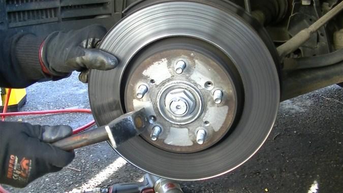 Frapper avec un marteau pour décoller le disque de frein du moyeu