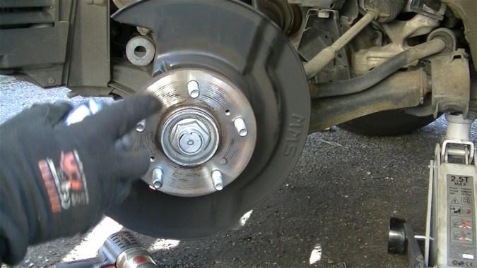 Nettoyer également le plan de contact du moyeu avec le nettoyant freins