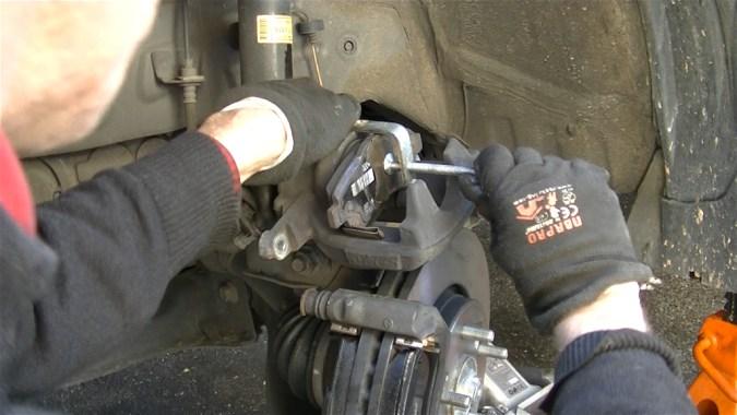 Repousser le piston avec une ancienne plaquette et un serre joint