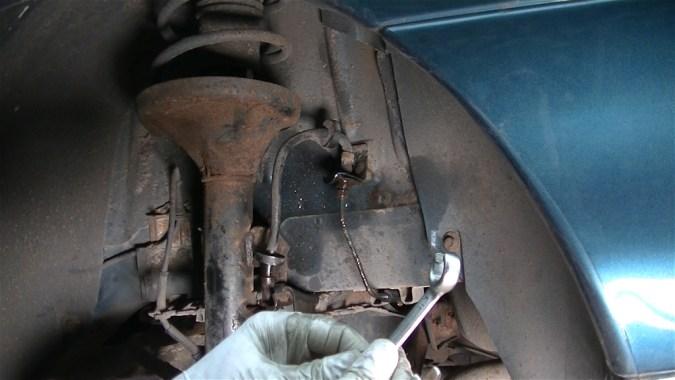 Utiliser une clé à tuyauter pour ne pas arrondir le raccord. La clé à tuyauter est plus épaisse qu'une clé plate et possède 4 points de contact au lieu de 2