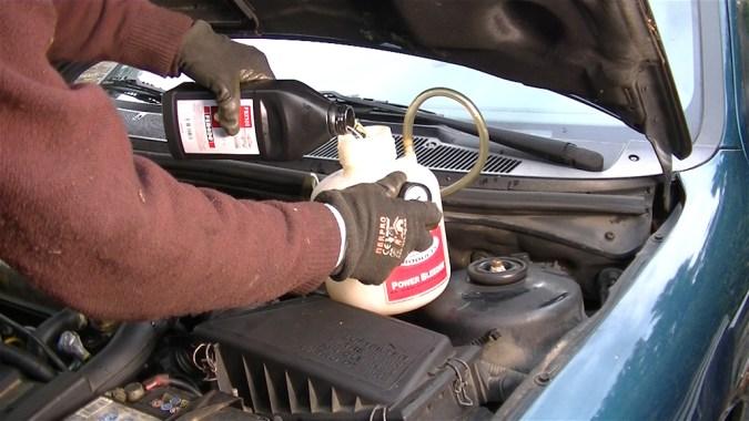 Verser 0,5 litres de liquide de frein neuf dans la cuve du Power Bleeder
