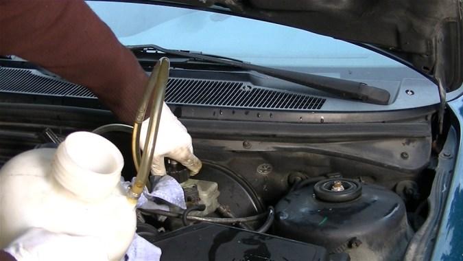 Dévisser ensuite le bouchon sur le réservoir de liquide de frein