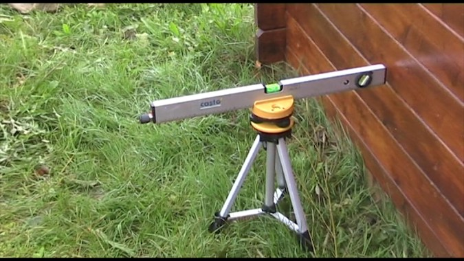 La mesure de la profondeur de l'excavation s'effectue avec un niveau laser