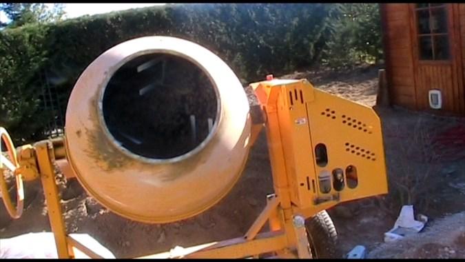 La dalle de fond est coulée à la bétonnière