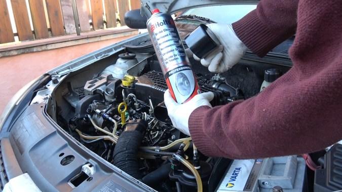 Pulvérisez du nettoyant frein à l'entrée du boîtier de filtre à air pendant 1 seconde et démarrez le moteur sans attendre et sans préchauffer les bougies