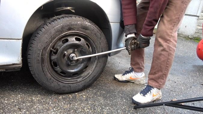 Serrez le frein à main, passez la première vitesse, puis dévissez l'écrou de transmission d'un tour avec une poignée articulée