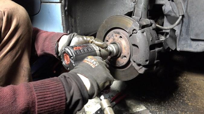 Reposez un nouvel écrou de transmission sans le serrer au couple (le serrage au couple sera effectué roue au sol)