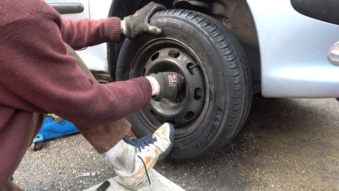 Nettoyez le disque avec du nettoyant frein puis reposez la roue