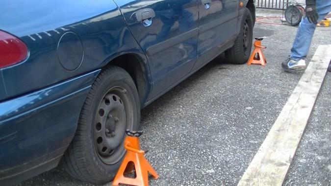 Posez les 2 chandelles de l'autre côté du véhicule