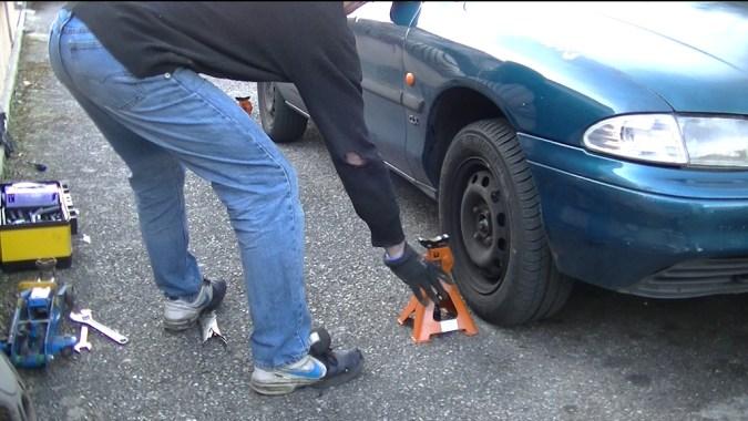Faites la même vérification de l'autre côté du véhicule sans toucher le volant