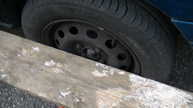 La règle est en appui sur 2 points de la roue avant