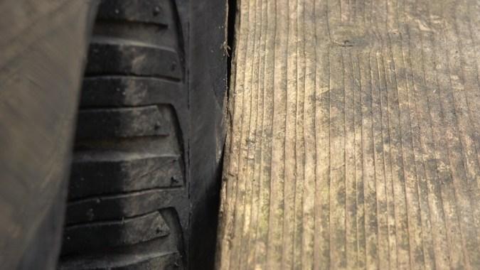 3ième point de contact : règle en appui sur l'arrière de la roue arrière