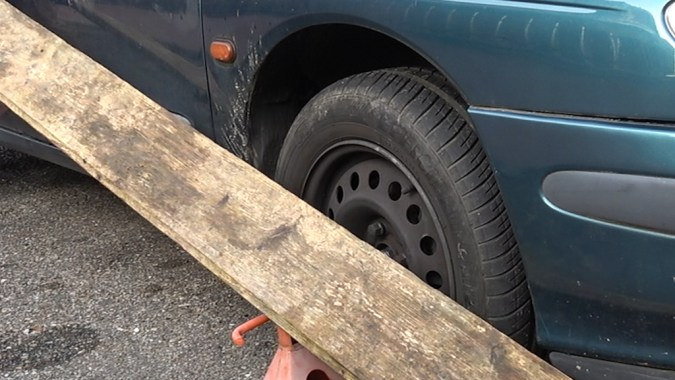 La règle est également en appui sur la roue avant, donc les 2 roues sont alignées sur un côté
