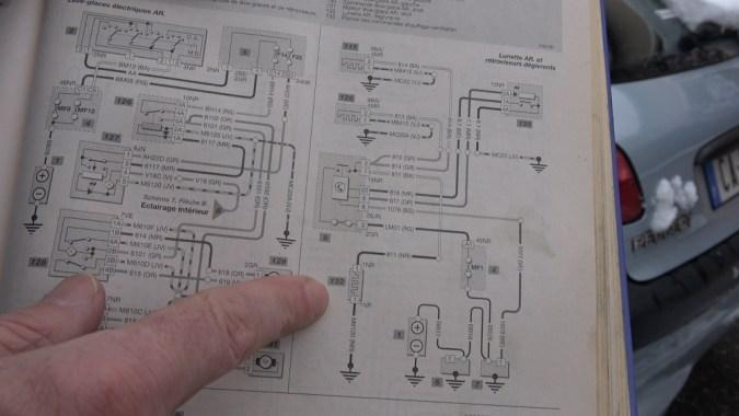 La revue technique du véhicule montre que la lunette arrière dégivrante est directement connectée au boîtier de servitude