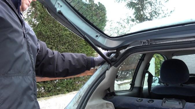 Les mouvements répétitifs du coffre arrière peuvent provoquer la rupture d'un fil électrique dans la goulotte