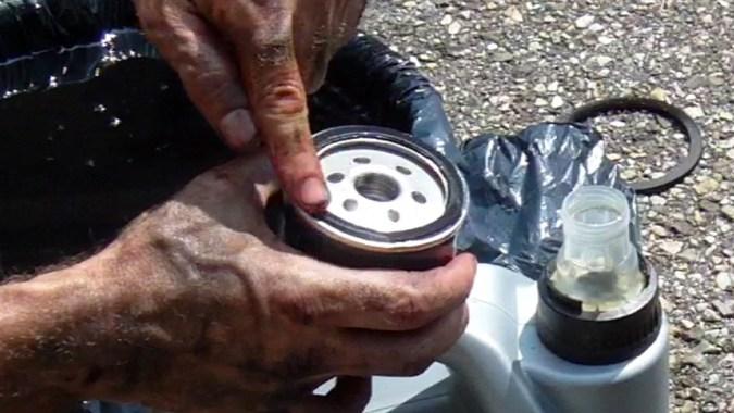 Déposez quelques gouttes d'huile avec le doigt sur le joint du filtre à huile neuf