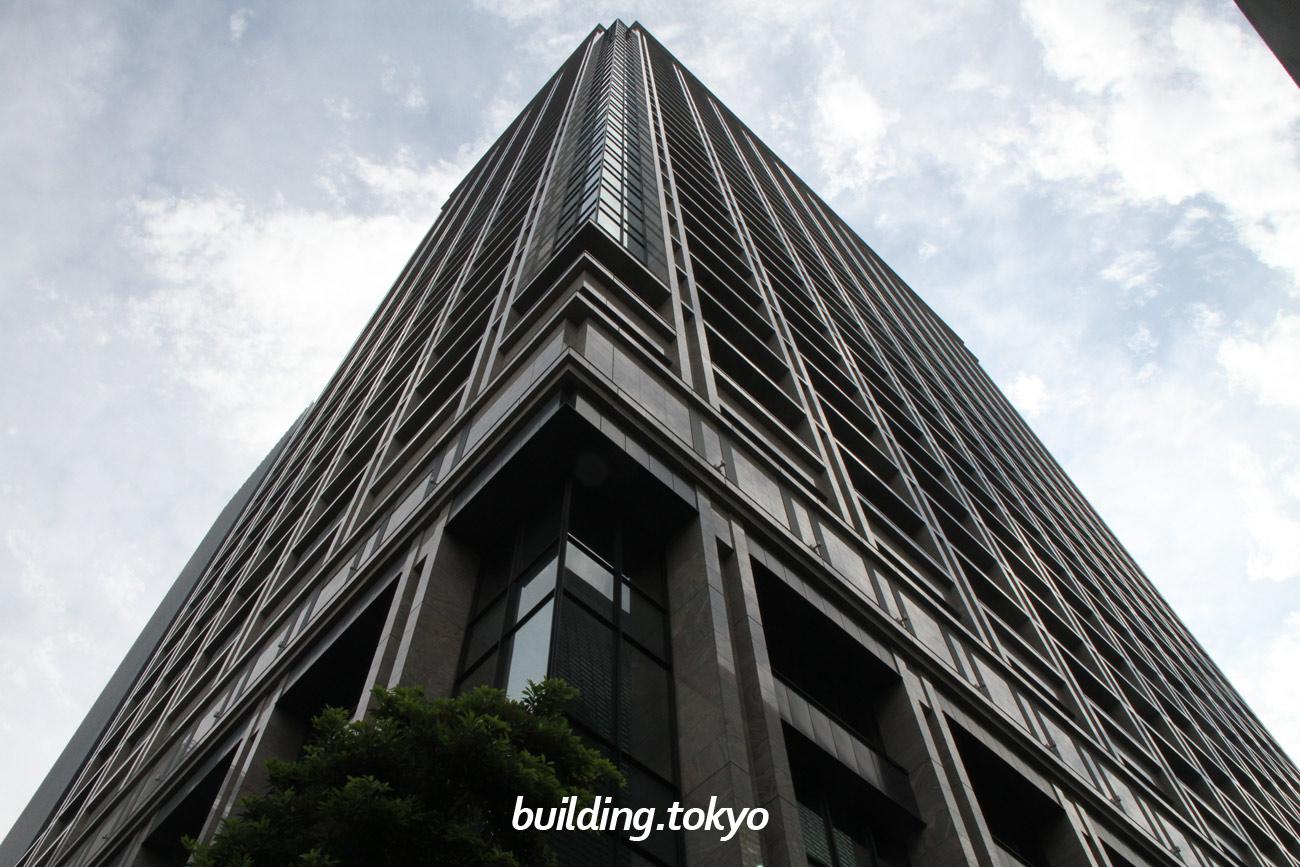 東京日本橋タワーは、超高層ビルでは希少な免震構造を採用しており、ビル下層部分は制振構造になっていて、地震時の揺れを大きく軽減します。日本橋駅に直結していて、オフィス・イベントホール・コンファレンスルーム・ショップ&レストランなどがあります。