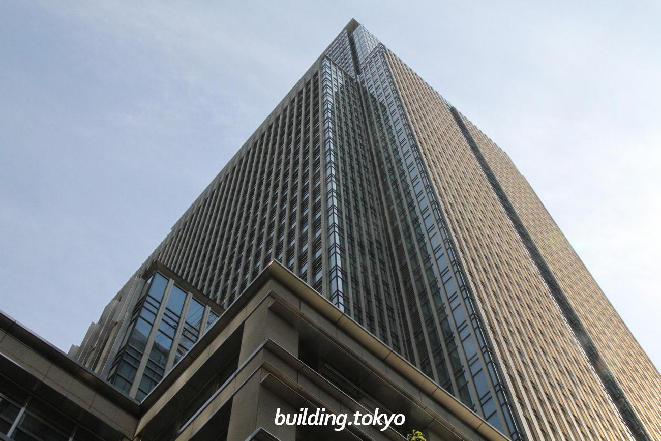 日本橋三井タワーは、1929年に竣工した三井本館(重要文化財指定)と隣接した超高層ビルで、30階から38階にはラグジュアリー ホテル、マンダリン オリエンタル 東京があり、2階には日本初の果物専門店である千疋屋総本店があります。
