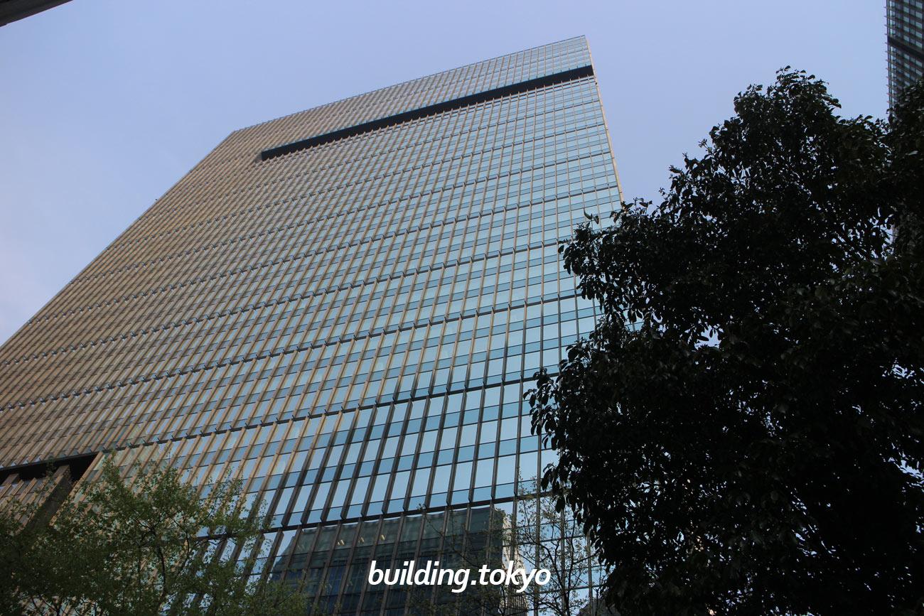 大手町タワーは、みずほファイナンシャルグループの本社とみずほ銀行の本店が入るビルです。33階から38階は、都市型ホテル「アマン東京」、地下1階と地下2階には、商業施設のOOTEMORI(オーテモリ)があります。