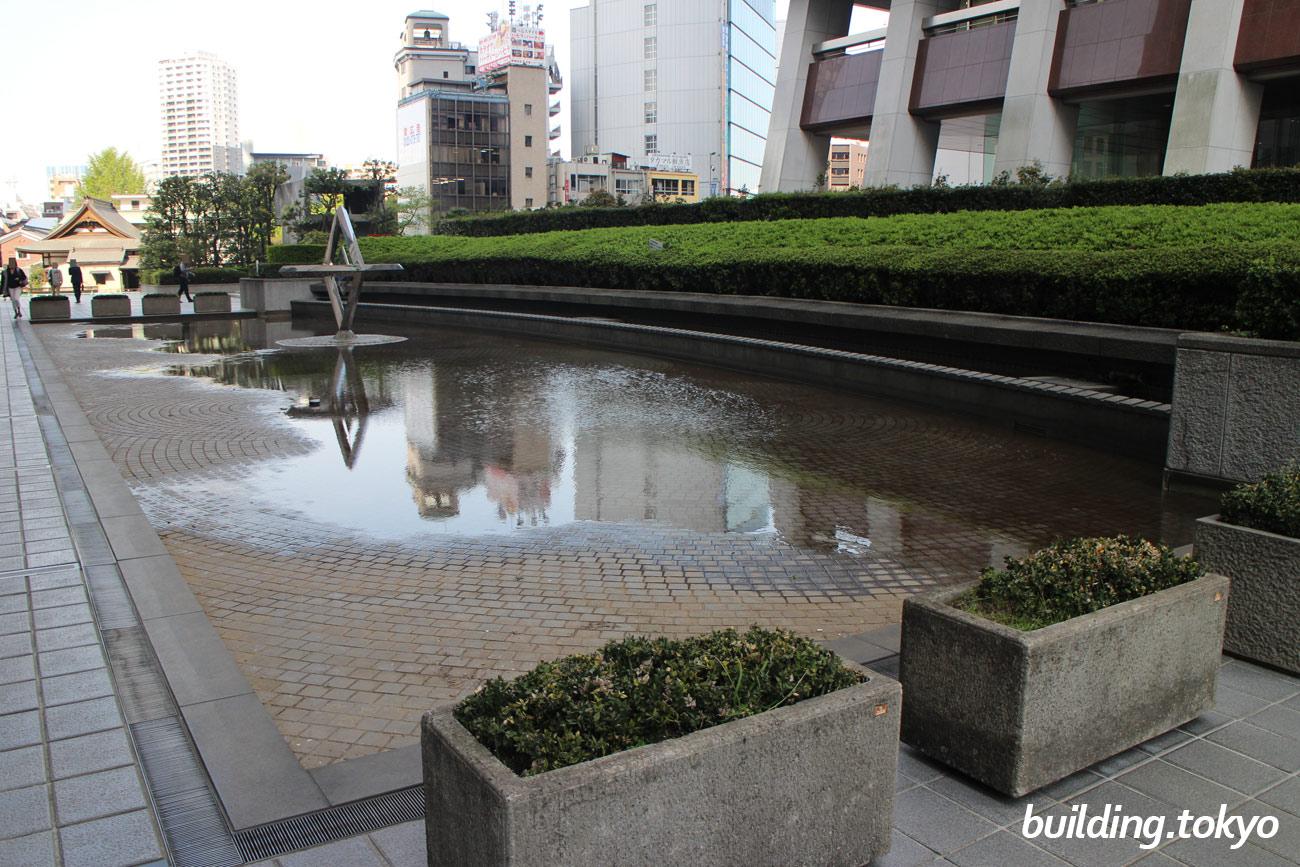 新宿野村ビルの損保ジャパン日本興亜本社ビル側には、水場があって夏は涼しそう。鳥たちも喜びそうな水場です。