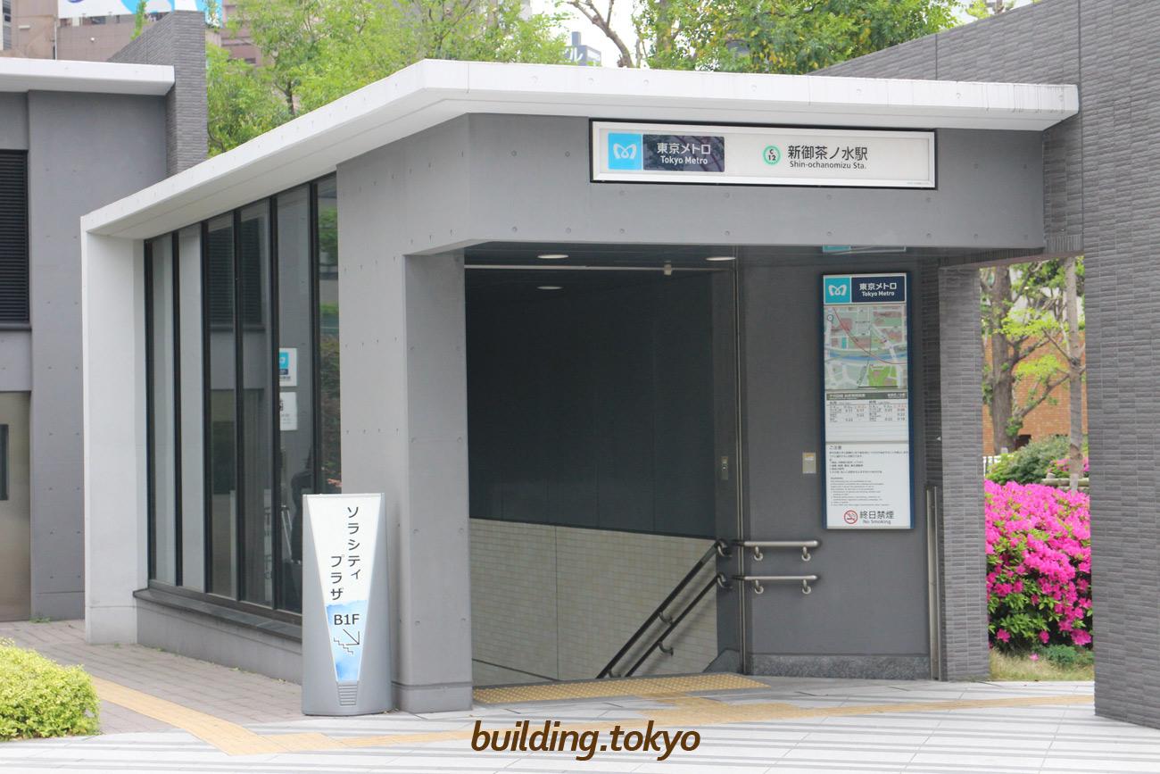 御茶ノ水ソラシティ【ソラシティプラザ】。地下1階のソラシティプラザと東京メトロ千代田線「新御茶ノ水駅」に行く階段です。