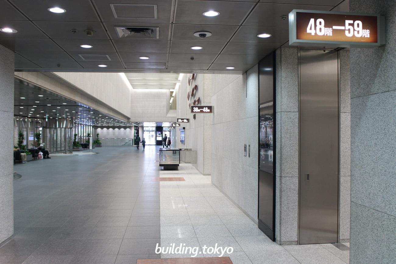 サンシャイン60、1階ホール。各階行きのエレベーターが分かれて並んでいます。