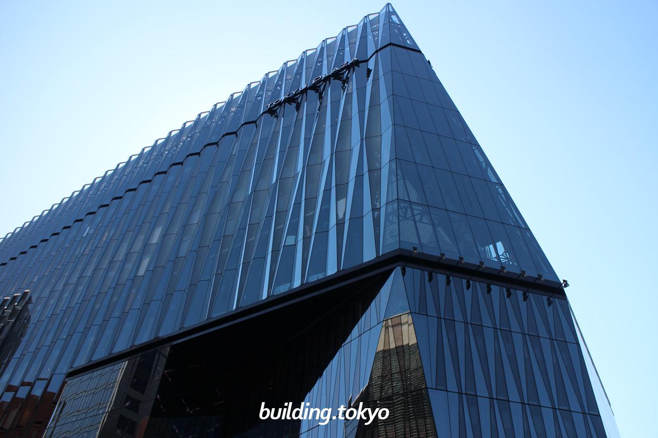 東急プラザ銀座は、数寄屋橋交差点に面していて、外観は江戸切子をモチーフにしています。6階には数寄屋橋交差点を一望できる「キリコラウンジ」、屋上にはオープンエアーな開放感のある「キリコテラス」があり憩いの場となっています。