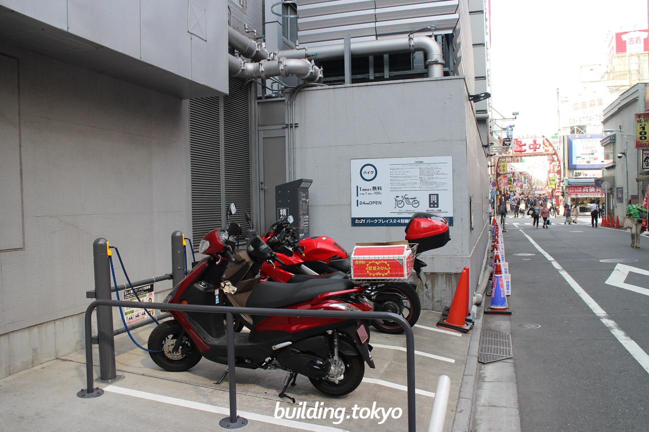 バイク駐輪場です。場所は中央通りより1本御徒町寄りの通りにあります。