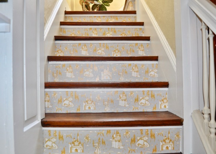 How to install wallpaper to your staircase treads with this simple DIY | Building Bluebird  #tempaperdesigns #removablewallpaper #wallpaper #staircase