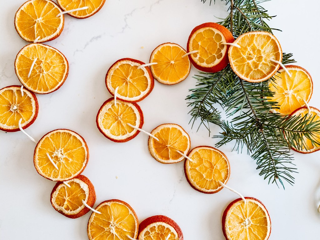 Create dried orange garland for an inexpensive way to decorate for the holidays | Building Bluebird #driedoranges #orangegarland #christmasdecor