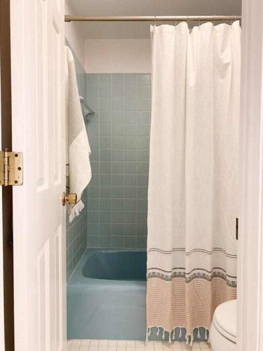 How to update your vintage bathroom with this affordable DIY | Building Bluebird #groutcleaner #bathroommakeover #bluetile #retrobathroom