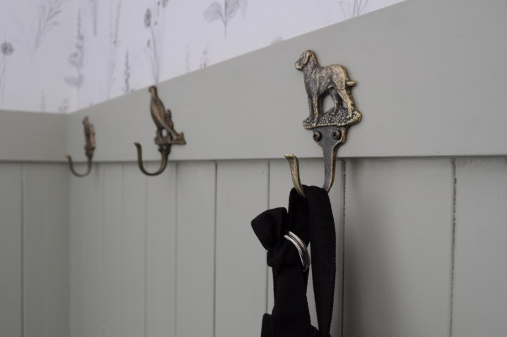 Budget-friendly mudroom makeover with cottage style | Building Bluebird  #swcolorlove #cottagecore #wallpaper #grandmillenial #sveltesage
