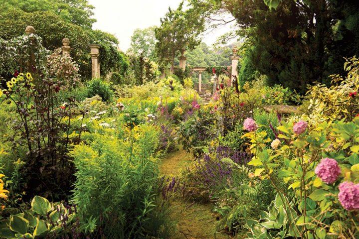 Inspiring English garden at Iford Manor | Building Bluebird #cottagecore #englishcountryhouse