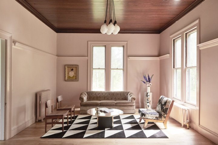 The best neutral pink paint colors to try at home - Chippendale Rosetone via Dwell   Building Bluebird #dustypink #muddypink
