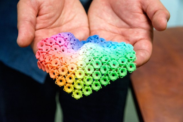 An interlocking material entirely colored and made inside a 3D printer.