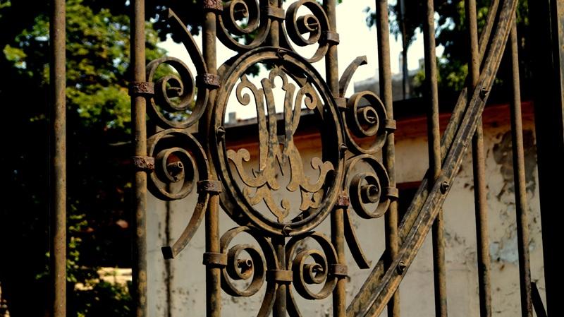 Inicjały założyciela wciąż są widoczne na bramie browarów Łodzkich